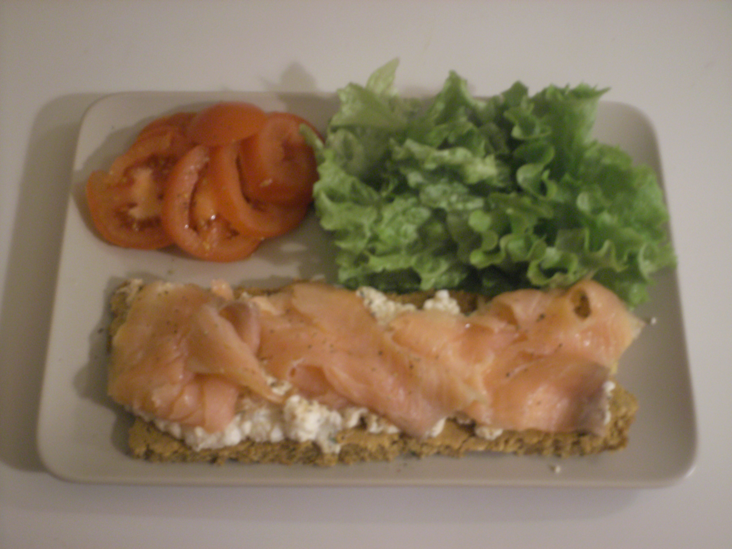 Tartine de saumon fumé sur lit de fromage et sa salade / PL